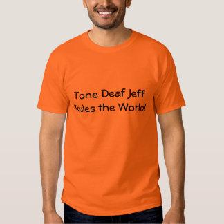 ¡El carente de oído musical Jeff gobierna el Remera