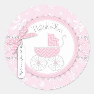 El carro de bebé y el copo de nieve rosados del pegatina redonda