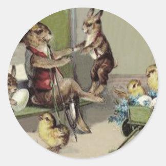 El carro del huevo del polluelo del conejito de pa etiqueta redonda