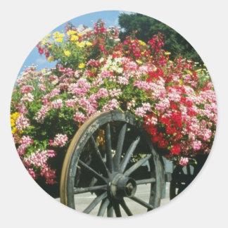 El carro rojo de la flor, La Clusaz, Francia Pegatina Redonda