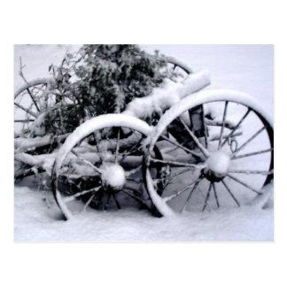 El carro viejo rueda adentro la foto rural de la postales