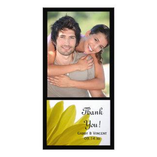 El casarse amarillo de los pétalos de la flor de tarjeta fotografica personalizada