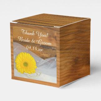 El casarse amarillo de madera de la margarita y de cajas para regalos de boda