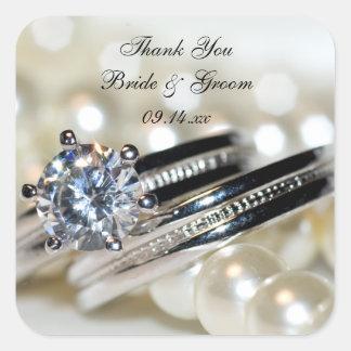 El casarse blanco de las perlas de los anillos le pegatina cuadrada