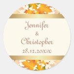 El casarse de oro de las hojas de otoño pegatinas redondas