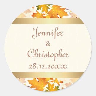 El casarse de oro de las hojas de otoño pegatina redonda