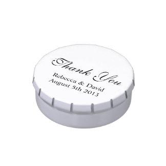El casarse le agradece la idea el | del regalo latas de caramelos