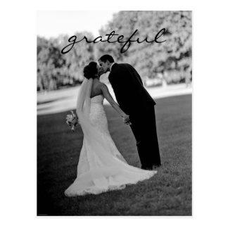 El casarse le agradece observar la postal