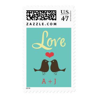 El casarse retro moderno de los pájaros del amor estampillas