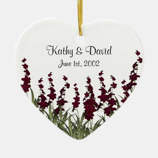 El casarse rojo de las flores adorno navideño de cerámica en forma de corazón