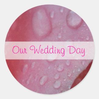El casarse rosado de los pétalos color de rosa pegatina redonda