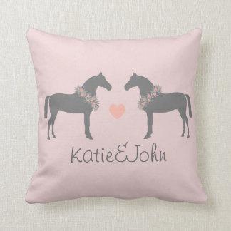 El casarse rosado y gris de los caballos cojin