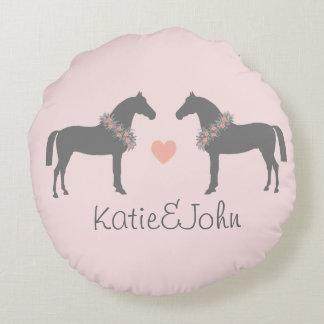 El casarse rosado y gris de los caballos cojín redondo