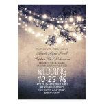 El casarse rústico de las ramas de árbol y de las invitaciones personalizada