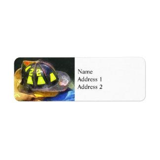 El casco del bombero en el uniforme etiqueta de remite