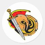 El casco, espada, blinda espartano, romano, pegatina redonda