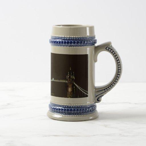 El casco y el puente de la torre tazas de café
