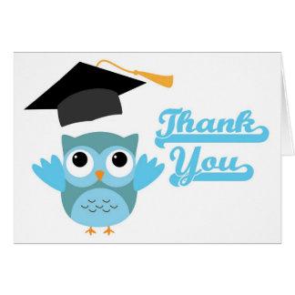 El casquillo de la graduación del búho que lanza tarjeta de felicitación