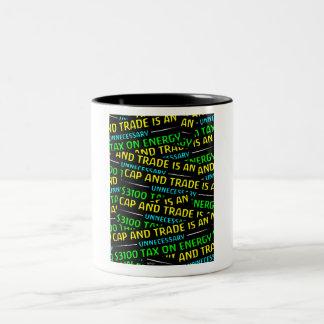 El casquillo y el comercio es un impuesto taza de café de dos colores