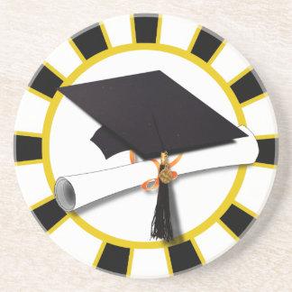 El casquillo y el diploma w/School del graduado Posavasos Diseño
