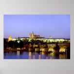El castillo de Praga y el puente de Charles en la  Poster