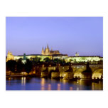 El castillo de Praga y el puente de Charles en la  Postales