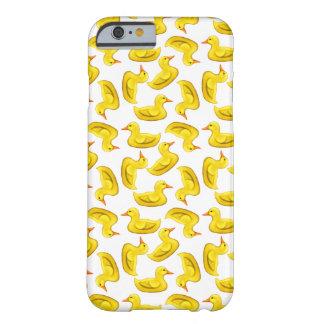 El caucho amarillo lindo Ducks el caso del iPhone Funda Barely There iPhone 6