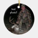 El cazador de los ciervos de la colección del adorno navideño redondo de cerámica