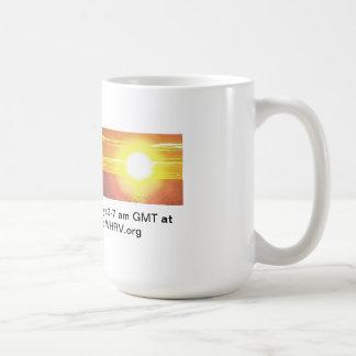 El cazador en la salida del sol enfría hacia fuera tazas de café