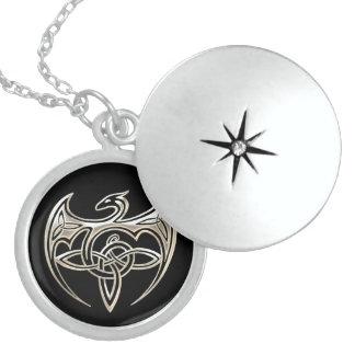 El Celtic trino del dragón de plata y negro anuda Pendientes