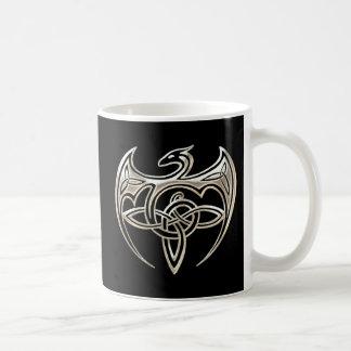 El Celtic trino del dragón de plata y negro anuda Taza