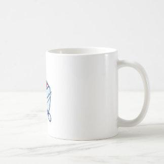 El cepillo de la tenencia de la mano del peluquero taza de café