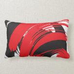 El cepillo rojo negro blanco frota ligeramente la  almohada