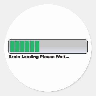 El cerebro que carga por favor espera… pegatina redonda