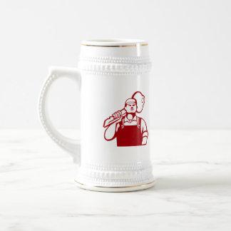 El cerrajero lleva el hombro dominante retro jarra de cerveza