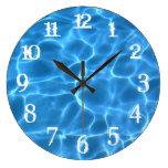 El chapoteo blanco numera la piscina azul relojes de pared