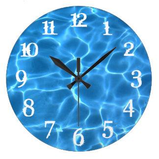 El chapoteo blanco numera la piscina azul reloj redondo grande