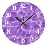 El chapoteo blanco numera la piscina púrpura reloj redondo grande