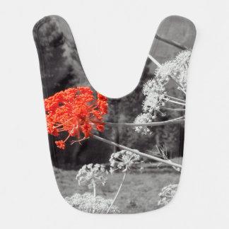El chapoteo de B&W, florece rojo Babero