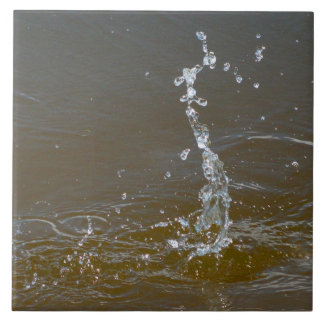El chapoteo de los descensos del agua ondula la te azulejo ceramica