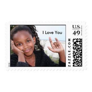 "El chica afroamericano firma ""te amo "" timbre postal"