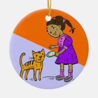 El chica alimenta el gato adorno redondo de cerámica