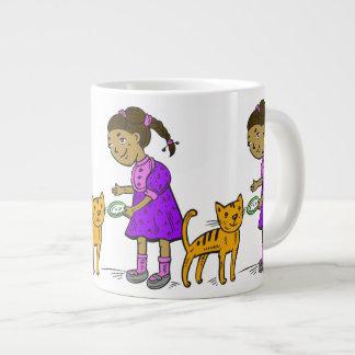 El chica alimenta el gato tazas extra grande