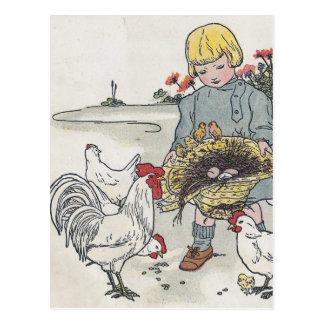 El chica con los pollos E del vintage es un huevo Tarjetas Postales