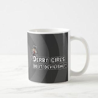 El chica de Derby lo hace diabólicamente Taza Clásica
