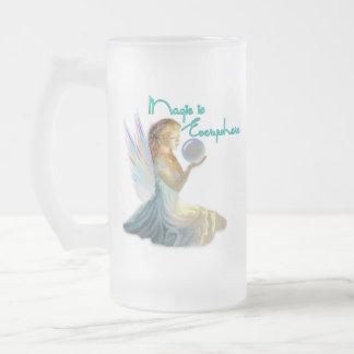 El chica de hadas mágico de la ninfa heló la taza