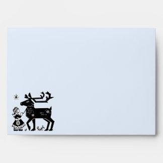 El chica de Laponia sostiene el sobre del navidad