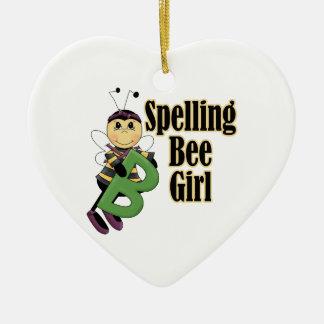 el chica del concurso de ortografía manosea el adorno navideño de cerámica en forma de corazón