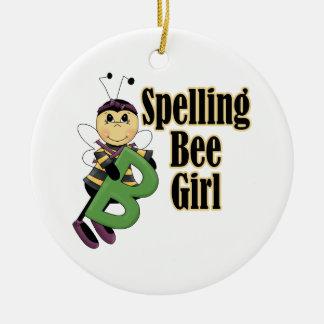 el chica del concurso de ortografía manosea el adorno navideño redondo de cerámica