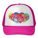 El chica del cumpleaños hincha el gorra